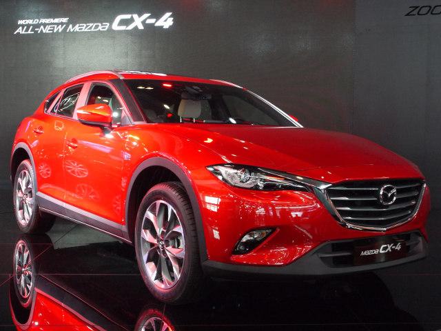▲マツダからは、昨今はやりのクロスオーバークーペ、CX-4が世界初公開された。「魂動」デザインに、クーペのような流麗なキャビンを組み合わせた、際立つ存在感が特徴。2016年6月には中国で発売される予定