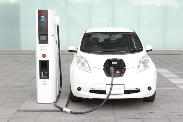 ▲ガソリン車よりもこまめに充電しなければいけないのが若干めんどくさいかも……? ただ、最近は全国的に充電スポットがかなり増えてきたので、リーフ登場時よりはだいぶ楽に出かけられるようになったはず
