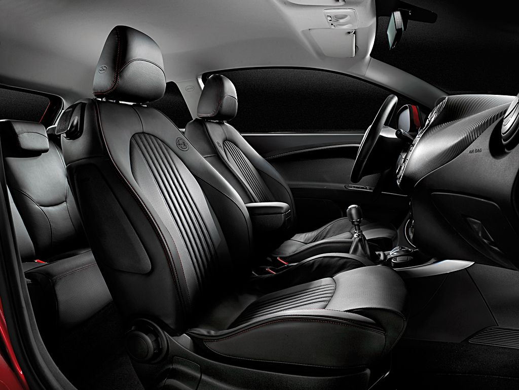 ▲地味な黒一色なのに、なぜか妙にイケメンなフロントシート。これが「イタリアンデザイン」ってやつか