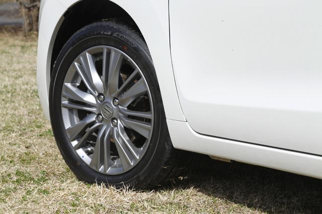 ▲XTモデルは16インチのホイールを採用し、タイヤ部分の幅を薄くすることで、ダイレクトなハンドリングを実現。ホイールのデザインも高級感あるボディデザインにマッチしている