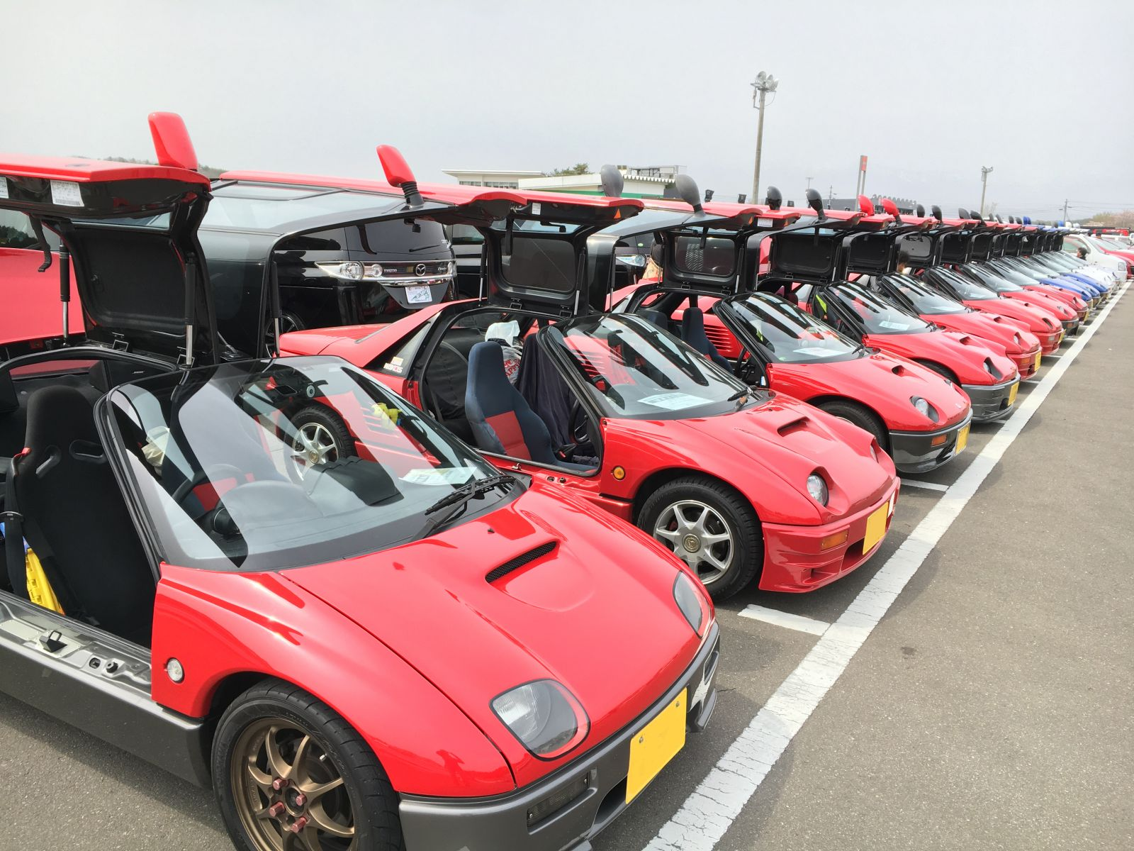 ▲我々が参加したマツダファン・エンデュランス(マツ耐)は、スポーツランドSUGOで行われた「マツダファン東北ミーティング2016」のプログラムのひとつ。当日は、AZ-1(写真)をはじめ多くのマツダ車オーナーがSUGOに集った