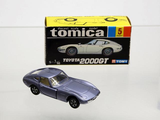 ▲黒と黄色のパッケージで販売された商品を「黒箱」と呼び、発売時~1982年に生産されました。写真は記念すべきトミカの1作目として販売された内の1台、トヨタ 2000GT。とくにボディがレアカラーの赤であれば20万円以上の値がつくことも!