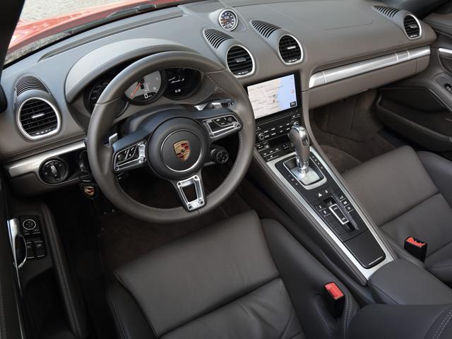 ▲ダッシュボード上部は外観デザインを反映、ステアリングは基本デザインを918スパイダーと同じくする。インテリアカラーは5種類が用意された