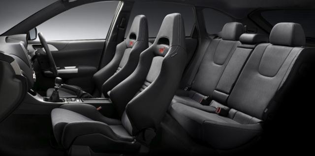 ▲実用性が良いとは言えないスポーツカーの中でも、比較的広い室内空間を確保。4人でのお出かけもOKです