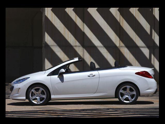 ▲こちらはクーペ・カブリオレのプジョー 308CC。素晴らしい車であることは疑う余地もないが、同じくアバウトな計測によればその角度は約25度