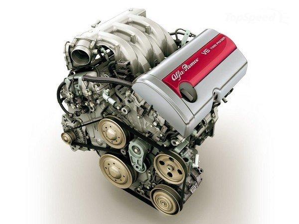 ▲ヘッド部分はアルファロメオのオリジナルだが、シリンダーブロック(エンジンの下半分)はGM製。それもあってか、回転フィールには若干アルファらしからぬ感触も。が、同世代の他社製エンジンと比べれば十分以上にナイスなフィーリングのエンジンであるとはいえる