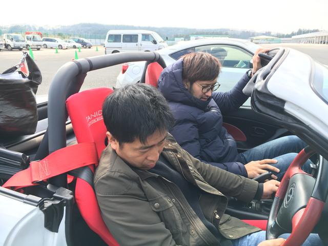 ▲今年3月、千葉にある『袖ケ浦フォレスト・レースウェイ』のサーキットライセンスを取得した際のカット。手前が大脇、奥が安島