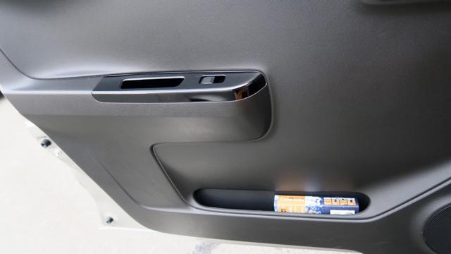 ▲シートポケットを見ると、全幅が限られたなかで居住空間を確保するために、できるだけドアを薄くつくっているのがよくわかる