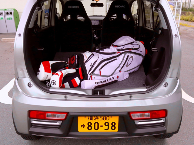 ▲今回はゴルフにも行ってみたが、キャディバッグを積むと、リアシートが分割して倒せないため2人乗車しかできなくなる。これはアルトワークスの一つの欠点か……