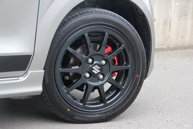 ▲タイヤはブリヂストンのポテンザRE050A。軽自動車としてはかなりハイグリップなタイプだ
