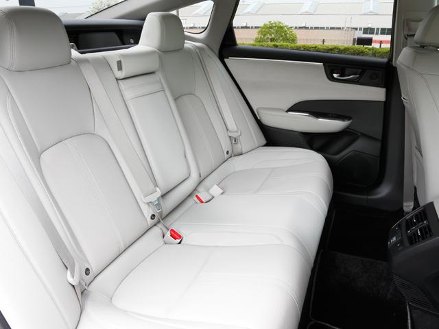 ▲後部座席もかなりゆったり。モーターなので走行中も静かで後部座席の乗り心地も良い