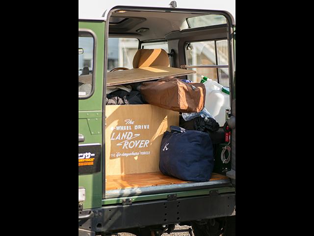 ▲「(撮影用に荷物を一部取り出したが)普段はキャンプ用の荷物が満載の状態です。で、荷室の床は自分でウッドに張り替えました。単純に木の方が雰囲気があってカッコイイかなあと」(同)