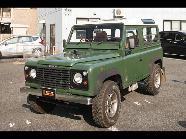 ▲強靭なラダーフレームを採用した英国の四輪駆動車。浅岡さんが購入したのは1997年式のショートホイールベース版で、MTのガソリンエンジンというレアな仕様。総額約350万円の支払い方法は「男の60回払い」とのこと。昨年10月の購入時は1.3万kmだった走行距離は、現在2.4万kmに