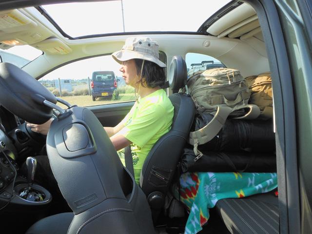 ▲ちなみに筆者はミニより一回り小さいフィアット 500Cに乗っています。上の写真は3人で1泊のフェスに行ったときの積載状態。後方視界を確保しつつ後部座席にも人が乗れるだけの余裕があります