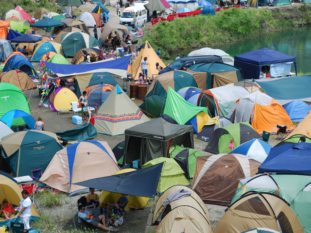 ▲フェスのジャンルにもよりますが、大きなテントとタープで快適な基地を作るケースは稀。夏場なら意外に荷物は少なくて済みます(晩秋のフェスは防寒対策をしっかりしないと夜中がつらいですが……)