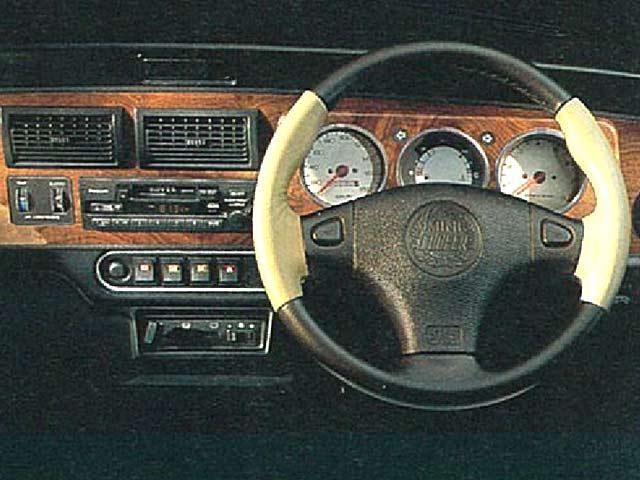 ▲1997年のマイナーチェンジ以降は、写真のようにエアバッグが内蔵されたステアリングが装備されています。また、メーターについてはご覧のとおりハンドル奥にありますが、1970年代ごろまでミニの特徴であったセンターメーター仕様に改造された個体もあります。その場合走行距離を区切って検索してしまうと、例えば状態がよい物件も含めはじかれてしまいます。走行距離は大切な要素に違いないのですが、ためしに走行距離を区切らずに探してみるのもよいかもしれません