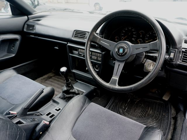 ▲ステアリングホイールのみナルディ製に交換されているが、基本的にはノーマル状態をキープしている運転席まわり。だがもちろん、年式なりの使用感はそれなりに濃厚だ