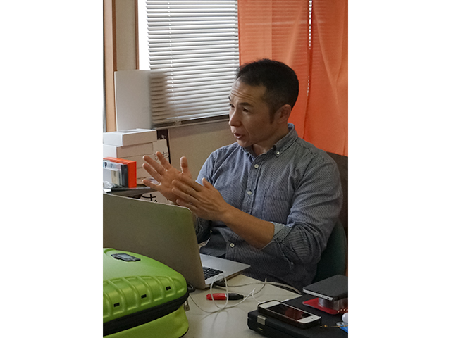 ▲改造電気自動車のスペシャリスト、古川さん。個人や企業から電気自動車への改造を依頼されている。電気自動車の普及を促進するAPEV(電気自動車普及協会)会員