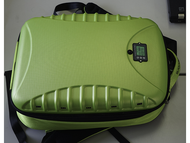 ▲USBソケットを左右に5つずつ備えたモバイル充電器。バッグの中には日産 リーフの中古車から取ったリチウムイオン電池を搭載