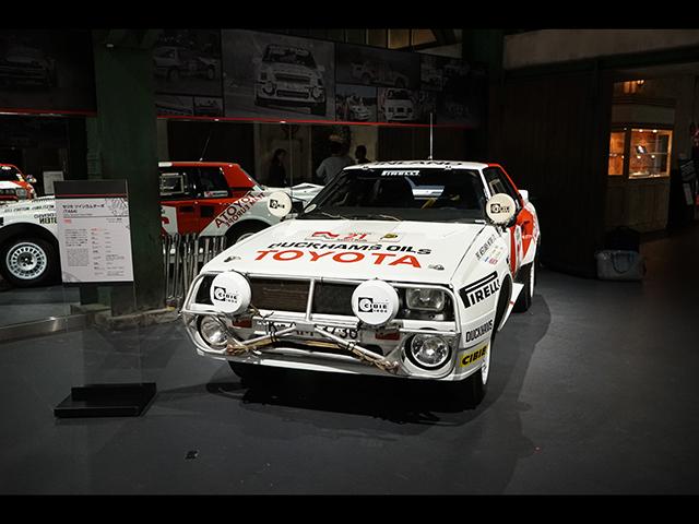▲(セリカ ツインカムターボ=TA64)2台目は一挙に時代が下り1985年、光と影どちらも強い印象を残した「グループB」時代のサファリラリーで優勝したこのTA64型のセリカ。グループB規格で製作された車両ということで、ベース車両とはかなりかけ離れた中身となっています。4WD+ミッドシップエンジンという組み合わせの車たちがレースを席巻し始めたこの時期のWRCで、ベース車と同じFRながら奮闘、前述のサファリラリーでは3連勝を達成しています