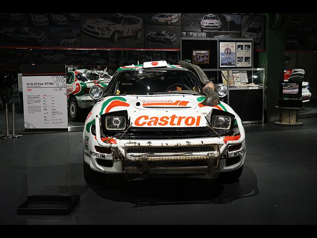 ▲(セリカ GT-Four=ST185)同じくST185型のセリカですが、こちらは1995年に藤本吉郎がサファリラリーで優勝した際のマシン。日本人ドライバーとしては初の優勝でした。展示されているマシンはサイドのへこみなど、過酷なラリーの様子を伝えるものとなっています
