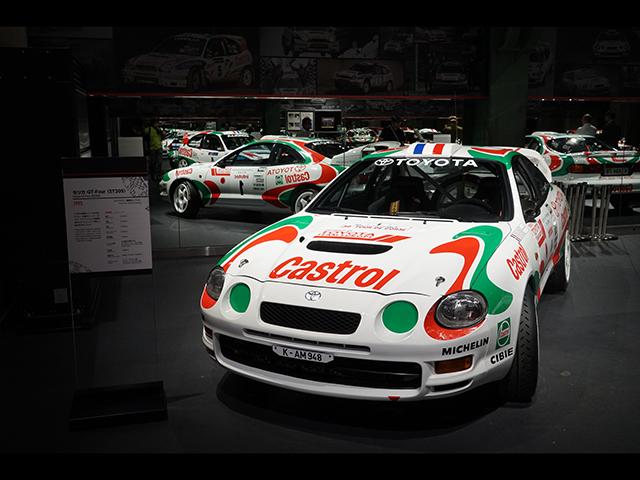 ▲(セリカ GT-Four=ST205)四つ目のライトが印象的な6代目セリカをベースとしたモデルで、1994年にWRCデビュー。展示車はレプリカとなっています。ST205はレースにおいて苦戦を強いられ、優勝も1995年に挙げた1勝のみでした。同年にレギュレーション違反により出場停止、復帰はカローラベースの新たなマシンとなります