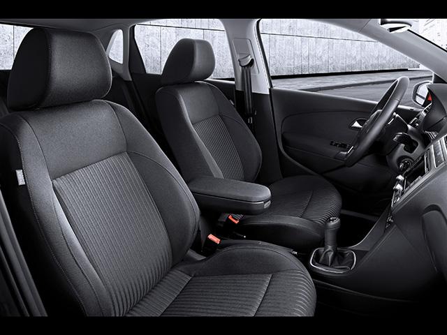 ▲画像は海外仕様ですが、国内モデルもグレードによるもの基本的に同じ。内装はドイツ車らしく、質素だが上品でホールド性の高いファブリック生地のシートが備わります。後部座席は車自体のコンパクトさもあって少々タイト