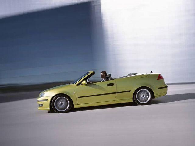 ▲たとえ安価な中古車であっても、乗っているだけでなぜかセレブか芸能人に見える……。それが、輸入4座オープンカーの隠れた魅力なんです!