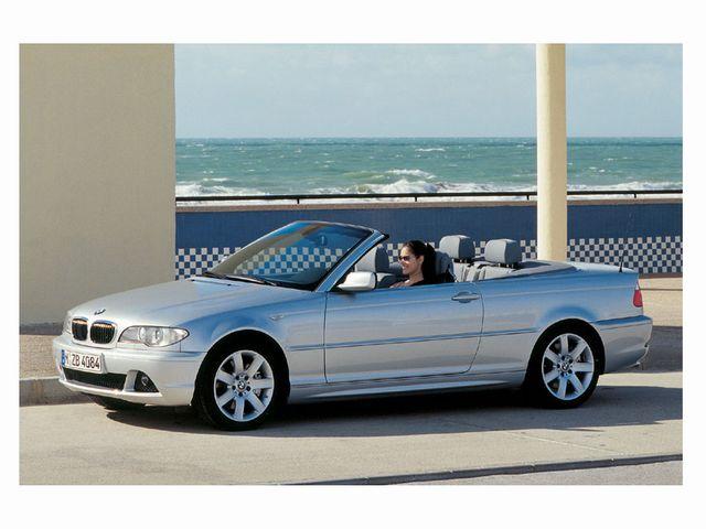 ▲某日夕刻、筆者の背後に付いた旧々型BMW 3シリーズの同型車。写真は新車時の広報画像だが、仮にこの車が100万円ぐらいの中古車だったとしても、モデルの女性はモナコかどこか在住のセレブリティに見えるはず。これが輸入4シーターオープンの破壊力だ!