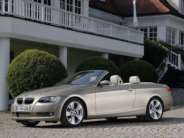 ▲こちらはE93こと旧型BMW 3シリーズカブリオレ。このあたりのモデルになるとさすがに中古車のボリュームゾーンは300万円以上だが、アンダー250万円でも探せないことはない