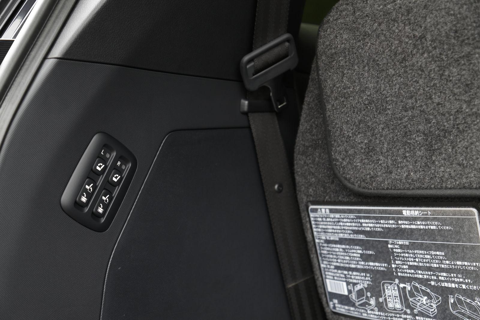 ▲3列目シートの出し入れは、ボタン1つで操作が可能。子供を抱えたままでも操作ができるのは嬉しい機能