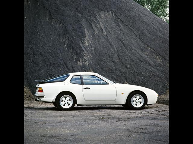 ▲FRポルシェの中の1台、1983年に登場した944。当初搭載されていたエンジンは2.5L直4。途中ターボが追加されたり、排気量が3Lまで拡大されたりしながら1991年まで販売されました
