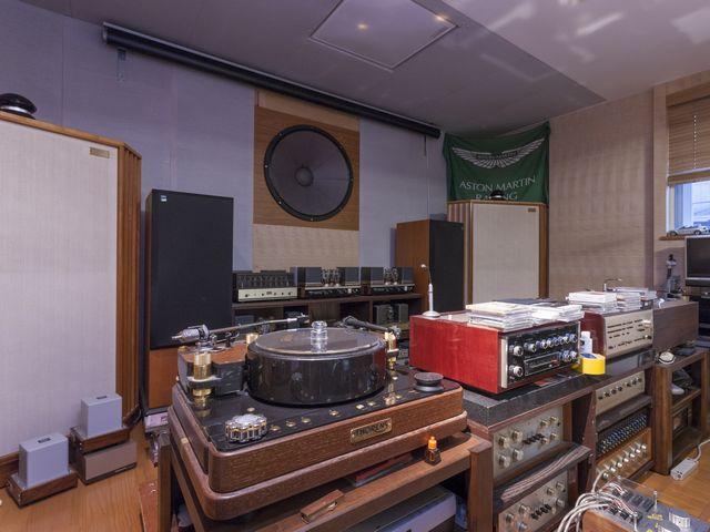 ▲写真はオーディオのパワーアンプではなくレコードのターンテーブルが主体となっているが、一番手前のターンテーブルもかなりの貴重品。その奥には超大型のサブウーファーが壁面に埋め込まれている