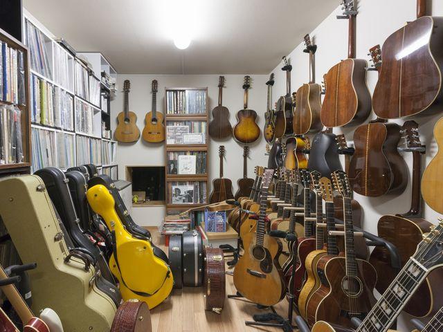 ▲米国の「マーティン」を中心とする貴重なヴィンテージ・アコースティックギターの数々。最初に購入したのは新品2本だったが、その後どんどんヴィンテージ品収集にハマっていったという