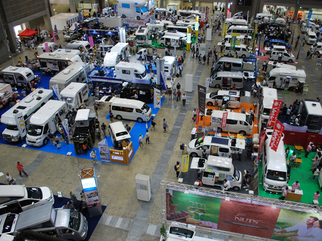 ▲フルサイズのモーターホームから軽トラックを架装したものまで、大小様々なキャンピングカーが展示されていました。日常利用も考えると、大きさはハイエースクラスまでがベスト!