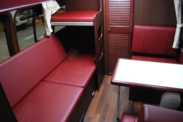 ▲「銀河」の室内。普段は横向きのソファ。向かい合わせの1人掛け席も付いています