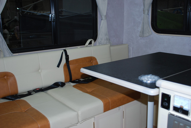 ▲「ラクーン・ベンチタイプ」のキャビンはベンチシートになっていて大人2人が快適に過ごせるようになっている。テーブルを外せば1900mm×1300mmのベッドに