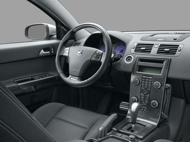 ▲写真は本国仕様の別グレードですが、V50の運転席まわりはおおむねこのような感じ。独特な形状のフリーフローティングセンタースタック(波打っているセンターコンソール)がこの時期のボルボの特徴です