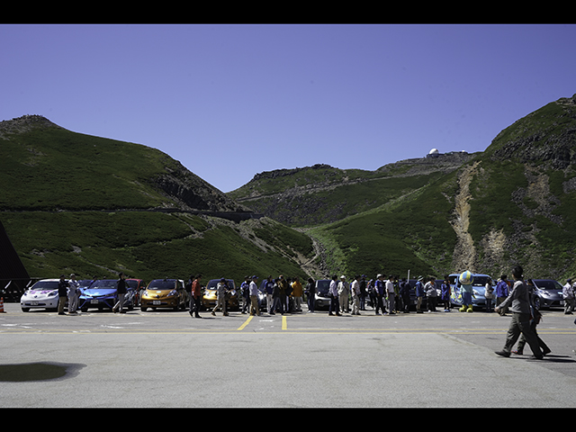 ▲70人以上が約20台の車両に分乗してスタートした後、畳平で「rally」、再び結集しました