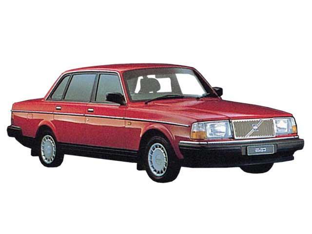 ▲クラシックボルボの定番、240。1970年代から1990年代まで長きにわたり生産されたベストセラーモデルでした。写真のセダンに加えワゴンタイプのエステートがあり、日本ではそちらの方が人気。セダン、エステート合わせて現在でも約80台の中古車流通台数があります