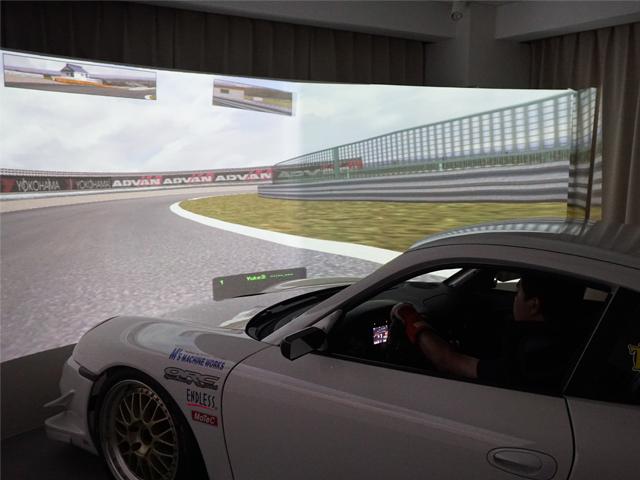 ▲視界のほぼすべてをカバーする7mの巨大スクリーンと、実車同様のステアリングフィールを誇る、高精度の大型レーシングシミュレーター