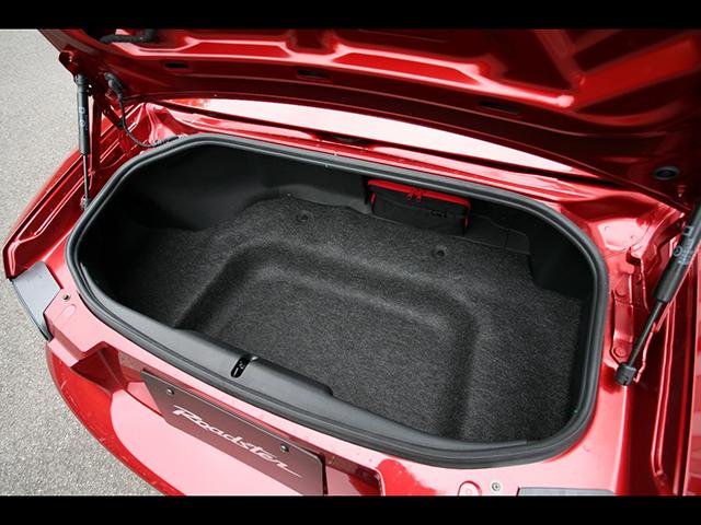 ▲歴代4モデルで最大となる150Lの容量がある3代目のトランク。2代目から比べスペアタイヤが廃止され、修理キットが搭載されたことで形状もスッキリしています