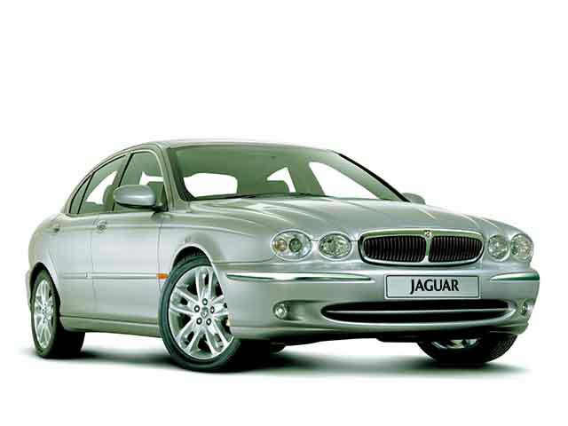 ▲ジャガーのラインナップでは比較的コンパクトなセダン、Xタイプ。丸みを帯びた高級感あるデザインの車ですが、総額40万円から射程に入るモデルです。写真のようにフロントバンパーのあたりにメッキパーツが採用されているのが前期型となります
