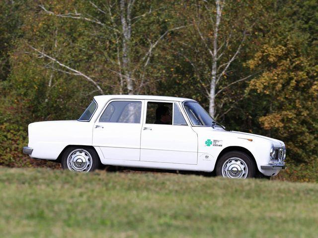 ▲初代アルファロメオ ジュリアは、62年から77年まで販売されたスポーティな乗用モデル。写真はレースの公認取得のため501台のみ製造されたジュリアTIスーパー