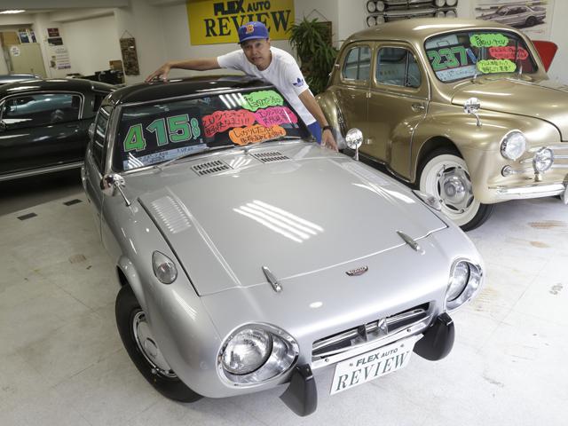 ▲ヨタハチことトヨタ スポーツ800も発見! 「僕が抱きつけちゃうくらい小さい。今、こういうデザインの車を作ることは絶対に無理なんだろうね」とBoseさん。他にもホンダ S600やルノー アルピーヌA110などもありました