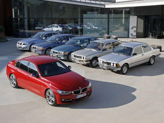 ▲写真は初代から現行までの歴代3シリーズ。奥側向かって右の初代から反時計回りに2代目、3代目、4代目、5代目、そして手前の6代目となる現行BMW 3シリーズと並んでいる
