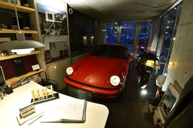 ▲ガレージ入り口はガラス製のドア。壁面ギリギリまで開放することが可能で、愛車の出し入れを容易にしている