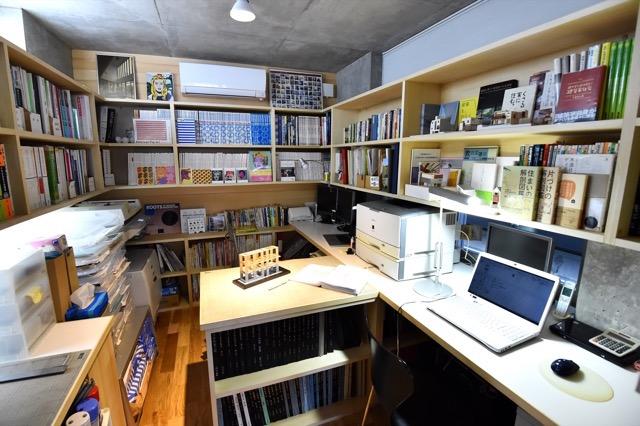 ▲ガレージとオフィスはスペースを共有しているが、引き戸で間仕切りをしている。コンパクトで作業効率のよさそうなレイアウトだ