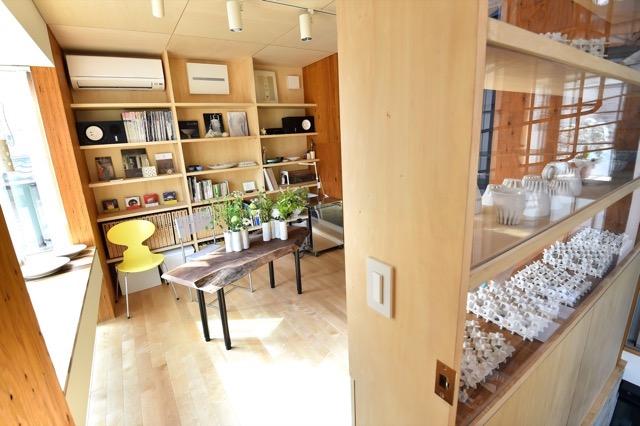 ▲夫人のアトリエには、個性豊かな陶器の作品が並ぶ。らせん階段でアクセスすると、ガラス越しに作品が眺められる