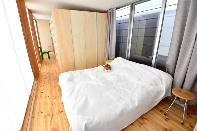 ▲3階の寝室。ベッド横の壁はパーティションを兼ねた可動式のクローゼットで、ベッドの反対側にゲストスペースを容易に作り出せる